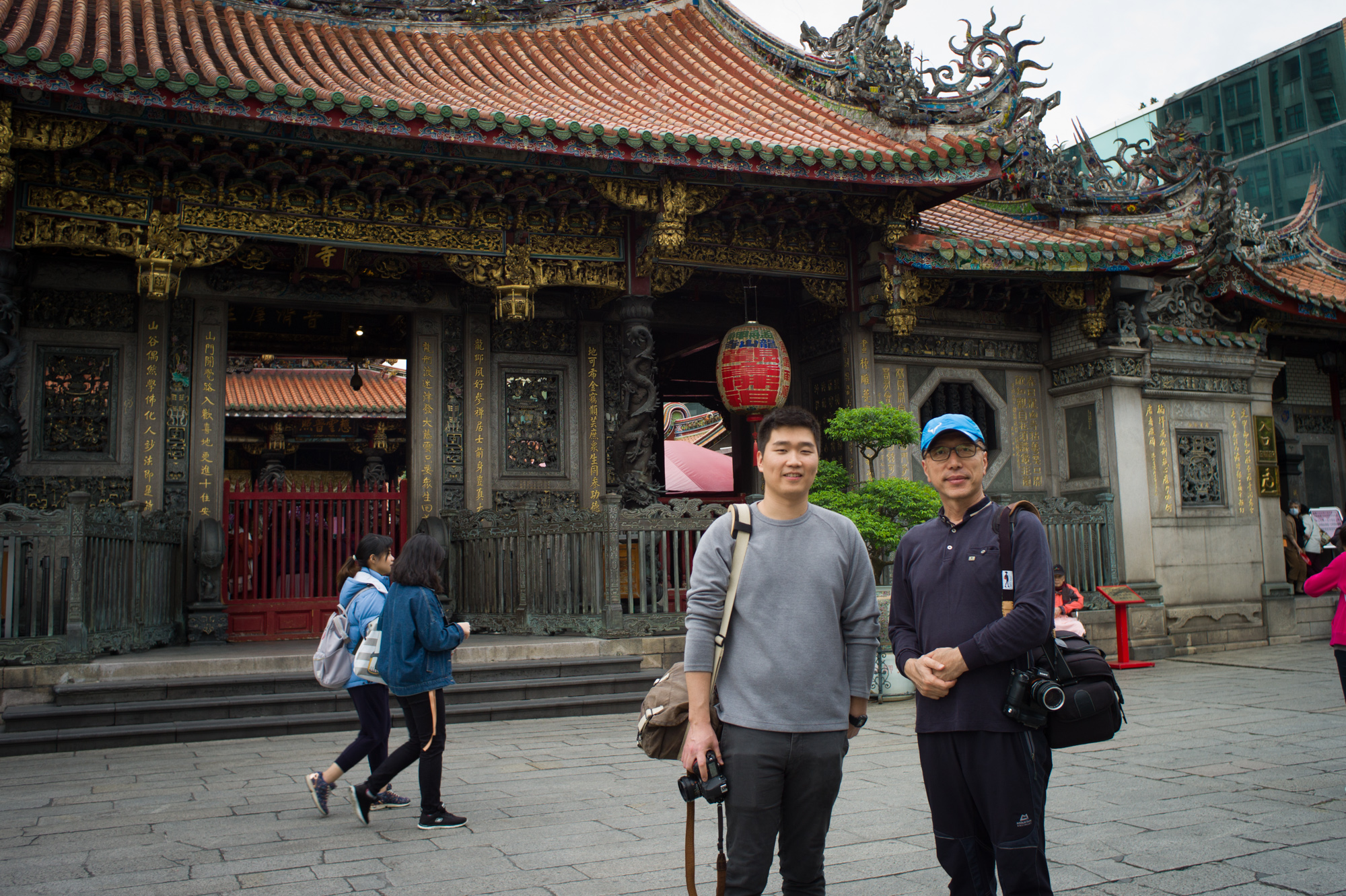 Two men's photowalk, Longshan temple